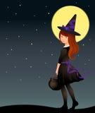 Leuk heksenmeisje op sterrige Halloween-nacht Stock Fotografie