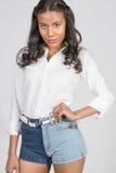 Leuk het Glimlachen Donkerbruine Girlin Elegant Wit Overhemd Stock Foto's
