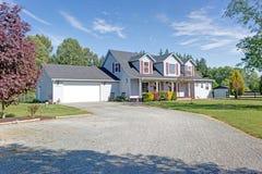 Leuk huis buiten met rode blinden op een de zomerdag stock afbeelding