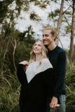 Leuk Jong Aantrekkelijk Daterend Paar die, en in Dicht Groen Tropisch Forest Jungle lachen kijken glimlachen royalty-vrije stock afbeelding