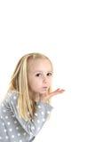 Leuk jong blond bruin eyed meisje die een kus blazen Royalty-vrije Stock Foto's