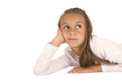 Leuk jong donkerbruin meisje die op haar handen leggen die omhoog eruit zien Royalty-vrije Stock Fotografie