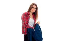 Leuk jong donkerbruin studentenmeisje met blauwe die rugzak op witte achtergrond wordt geïsoleerd Royalty-vrije Stock Afbeeldingen
