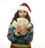 Leuk jong echt Afrikaans hipstermeisje in santas rode die hoed op witte achtergrond wordt geïsoleerd die op de winter Christmass  Royalty-vrije Stock Foto