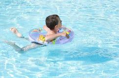 Leuk jong geitje dat in pool zwemt Stock Foto's