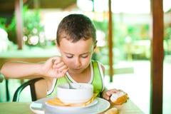 Leuk jong geitje dat soep eet Royalty-vrije Stock Afbeelding