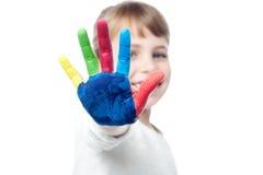 Leuk jong geitje die haar gekleurde hand tonen stock foto's