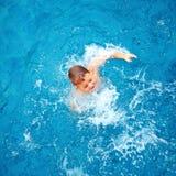 Leuk jong geitje, jongen die in poolwater ploeteren, hoogste mening Royalty-vrije Stock Fotografie