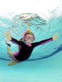 Leuk jong geitje onderwater in pool royalty-vrije stock fotografie