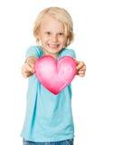 Leuk jong het glimlachen de liefdehart van de jongensholding Royalty-vrije Stock Afbeeldingen