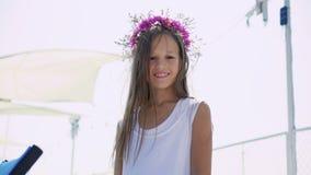 Leuk jong meisje die en bij camera op de baaibar stellen glimlachen 4K stock footage