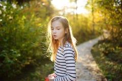 Leuk jong meisje die pret hebben tijdens bosstijging op mooie de zomerdag Kind die Aard onderzoeken stock afbeeldingen