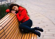 Leuk jong meisje in oranje jasje Royalty-vrije Stock Foto's