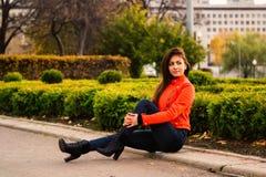 Leuk jong meisje in oranje jasje Stock Foto's