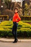 Leuk jong meisje in oranje jasje Stock Foto