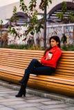 Leuk jong meisje in oranje jasje Stock Fotografie