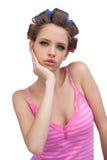 Leuk jong model die dragend haarkrulspelden stellen Stock Fotografie