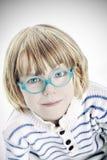 Leuk jongensmodel in glazen - een dicht omhoog mooi kind stock foto