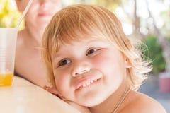 Leuk Kaukasisch babymeisje met glas jus d'orange Royalty-vrije Stock Afbeeldingen