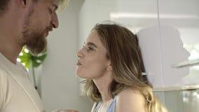 Leuk Kaukasisch paar die in de keuken flirten stock video