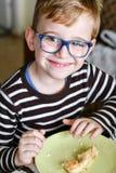 Leuk kind bij ontbijt royalty-vrije stock afbeeldingen