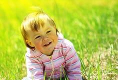 Leuk kind dat pret op de weide heeft stock foto's