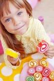 Leuk kind dat suikergoed eet stock foto