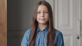 Leuk Kind die Camera of Portret van Gelukkig Meisje thuis bekijken stock videobeelden