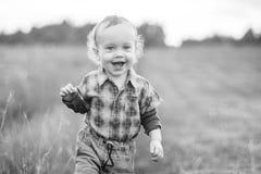 Leuk kind op een gebied, gelukkig het glimlachen gezicht Royalty-vrije Stock Afbeelding