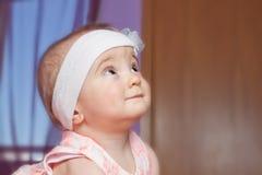 Leuk kind van één jaar van het waakzame oog op iets. Royalty-vrije Stock Foto
