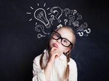 Leuk kindmeisje met symbool van het krijt lightbulb het nieuwe idee stock afbeeldingen