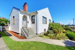 Leuk klein Amerikaans huis met witte buitenverf royalty-vrije stock afbeeldingen