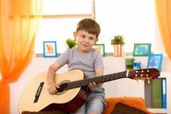 Leuk klein jong geitje met gitaar Stock Afbeeldingen
