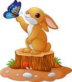 Leuk konijntje die zich op boomstomp bevinden royalty-vrije illustratie