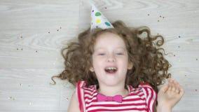 Leuk krullend meisje die en in Carnaval-partij spelen lachen Hoge hoogste mening stock video