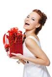Leuk lachend meisje dat de rode doos huidig houdt Royalty-vrije Stock Foto