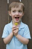 Leuk Little Boy dat Weinig Bloem houdt Royalty-vrije Stock Fotografie