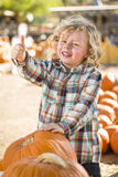 Leuk Little Boy geeft Duimen bij Pompoenflard op Stock Foto