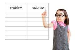 Leuk meisje bedrijfskleding dragen en probleem schrijven en oplossingslijst die in spatie Witte achtergrond stock fotografie
