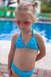 Leuk meisje bevindend alleen dichtbijgelegen zwembad royalty-vrije stock afbeeldingen