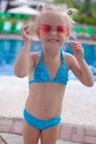 Leuk meisje bevindend alleen dichtbijgelegen zwembad royalty-vrije stock foto