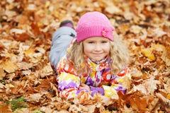 Leuk meisje bij de herfst Stock Afbeeldingen