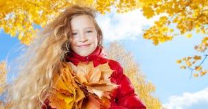 Leuk meisje bij de herfst Stock Foto
