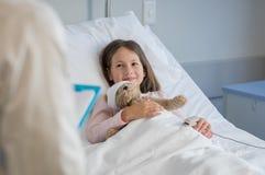 Leuk meisje bij het ziekenhuis stock afbeelding