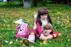 Leuk meisje dat bontjas in de herfstbos draagt Stock Afbeeldingen