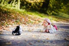 Leuk meisje dat in de herfstpark schreeuwt Stock Afbeeldingen