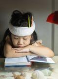 Leuk meisje dat een boek leest stock afbeelding