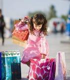 Leuk meisje dat het winkelen zakken opneemt Stock Foto