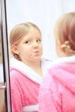 Leuk meisje in de badkamers Royalty-vrije Stock Afbeeldingen