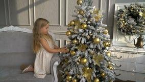 Leuk meisje dichtbij Kerstboom stock videobeelden